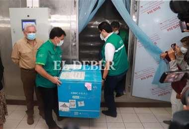 Las dosis están en custodia de los funcionarios de salud cruceños. Foto: Juan C. Torrejón