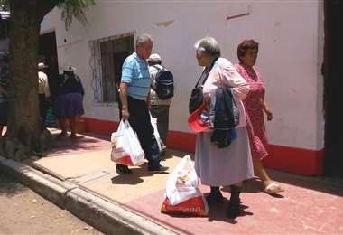 Adultos beneficiados con canasta alimenticia en Tarija