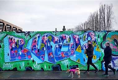 Un hombre pasea a su perro en Londres. Foto: AFP