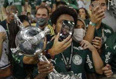 La felicidad de Luiz Adriano con el trofeo y los hinchas del Palmeiras. Foto: AFP