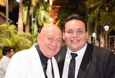 El peinador de reinas con su sobrino y heredero, Sebastián Galarza que continuará su obra