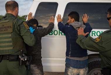 Policía fronteriza de EEUU detiene a un indocumentado/Foto: AFP