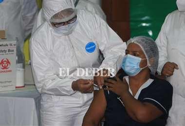 Santa Cruz inició las vacunaciones conra el Covid pero a muy bajo ritmo. Foto: EL DEBER