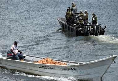 Las fuerzas de rescate trabajan en la recuperación de evidencias del hecho