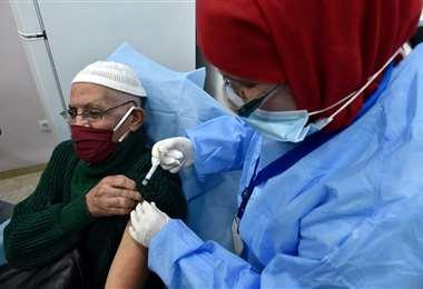 En Algeria, un hombre es vacunado contra el Covid-19/Foto: AFP