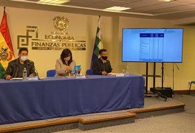 Los viceministros Mamani y Espinoza, con el director de la ASFI brindaron la conferencia