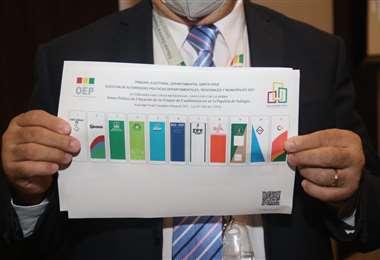 El titular del TED cruceño muestra la papeleta de votación/Foto: Juan Carlos Torrejó