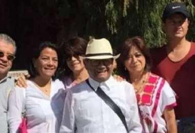 El compositor Armando Manzanero junto a seis de sus siete hijos