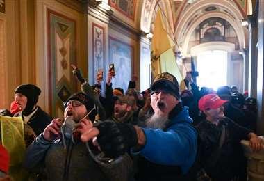Personas dentro del Capitolio. Foto AFP