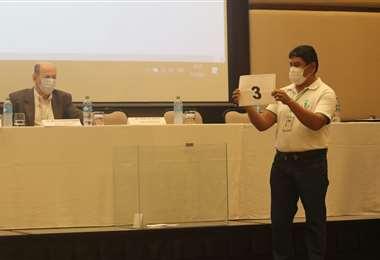 El sorteo se hizo con los delegados de las fuerzas políticas. Fotos: Juan C. Torrejón
