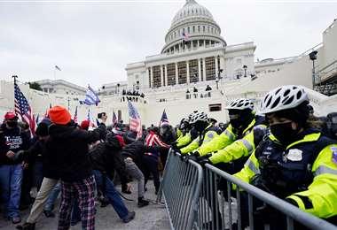 Efectivos intentan detener a los manifestantes