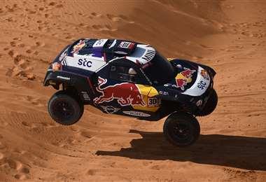 Carlos Sainz dando un espectáculo con su coche. Foto: AFP