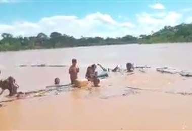 Guardaparques auxiliaron a una familia en el río Maniqui