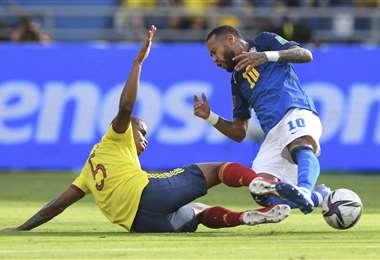 Neymar cae ante la falta de Barrios. Foto. AFP