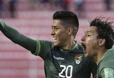 Ramiro Vaca (20) celebra su gol con Víctor Ábrego. Foto: APG Noticias
