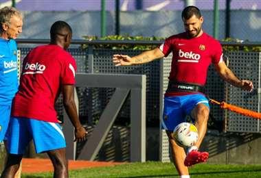 Dembélé (de espaldas) y Agüero regresaron a los entrenamientos. Foto: FC Barcelona