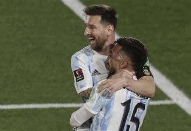 Messi festeja su gol con González. Foto. AFP