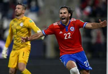 El festejo de Ben Brereton, delatentero de Chile, tras marcar un gol a Paraguay. Foto: AFP