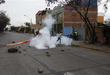 La Policía utilizó gases para desbloquear vías en Cochabamba. Foto. APG Noticias