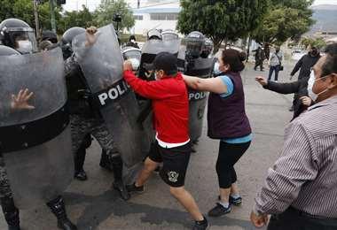 Policía gasifica a los bloqueadores. Foto: APG