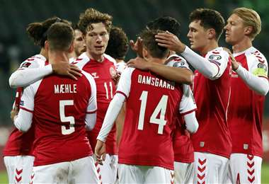 Las felicitaciones son para Joakim Maelhe, que hizo el gol de Dinamarca. Foto: AFP