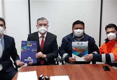 Ejecutivos de EPA y ASP-B firmando el acuerdo/Foto: EPA