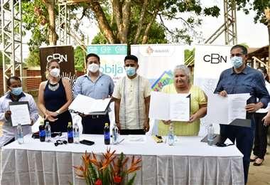 Ibo Blazicevico, ejecutivo de CBN (izq.) con autoridades de Pando/Foto: CBN