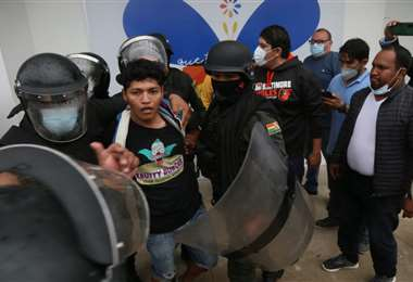 La Policía detuvo a varias personas anoche. Foto EL DEBER