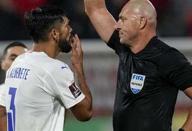 Alderete le reclama al árbitro Pitana su expulsión en la pasada fecha. Foto: AFP