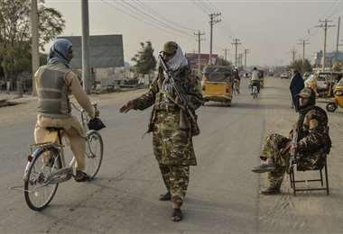 Soldados talibanes haciendo controles en Kunduz