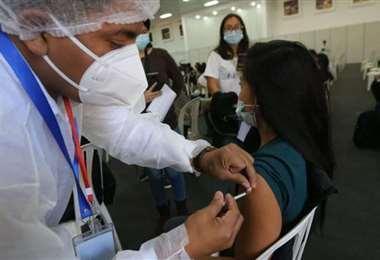 El 49% de la población objetivo en Santa Cruz ya completó la inmunización/Foto EL DEBER
