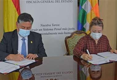 El fiscal Juan Lanchipa y la directora de la UIF firman el acuerdo