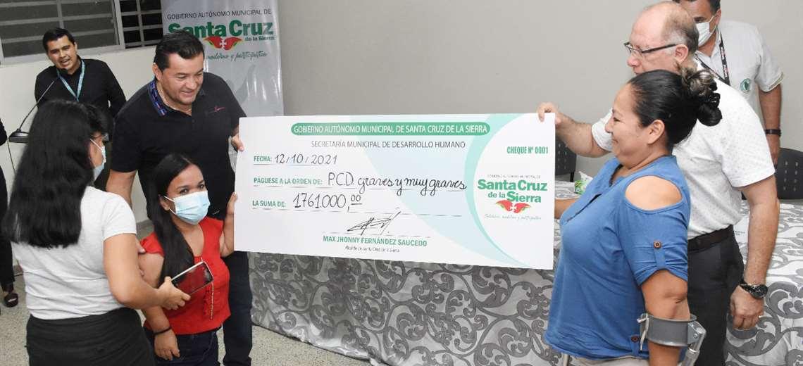 El alcalde entrega aporte a personas con discapacidad. Foto: GAMSC