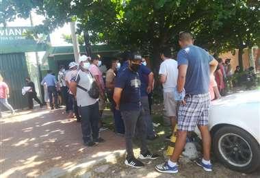 Los afectados llegaron a la Felcc para denunciar a los detenidos/Foto Guider Arancibia