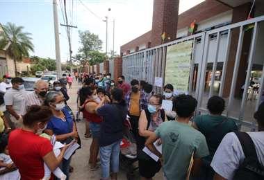 Largas filas de personas que buscan vacunarse contra el coronavirus/Foto: Ricardo Montero