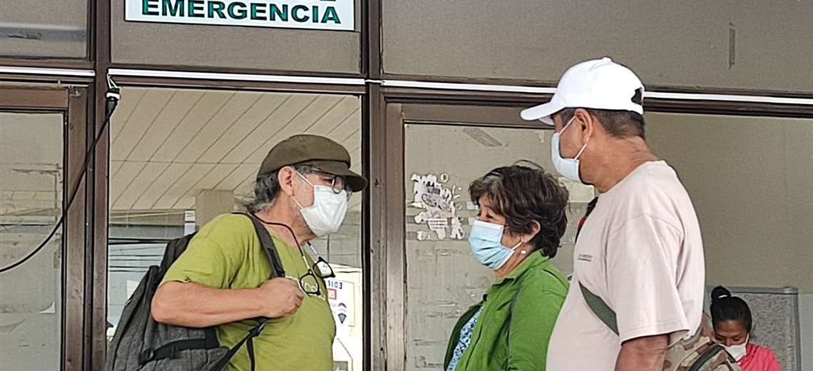 Ruth Ortega espera para visitar a su marido, Marcial Fabricano. Foto: JC Torrejón