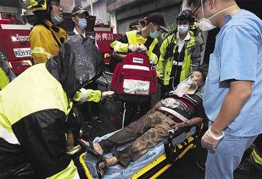 Paramédicos trasladan en una camilla a uno de los heridos