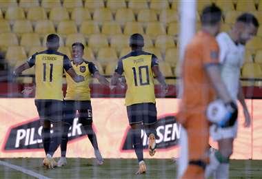 Estrada celebra el gol con sus compañeros de la selección ecuatoriana. Foto: AFP