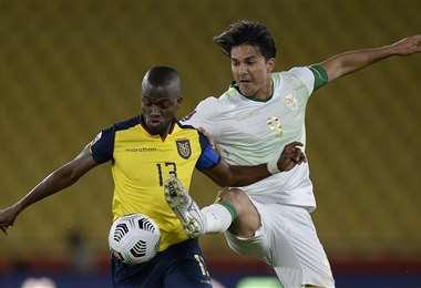 El duelo entre Enner Valencia y Marcelo Martins. Foto: AFP