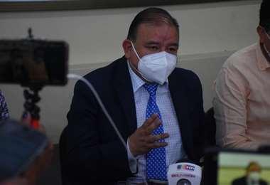 Gastón Uribe, de la FBF, en la conferencia de prensa de este viernes en La Paz. Foto. APG
