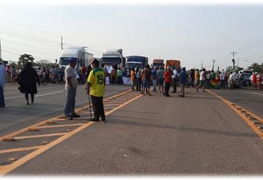 Vecinos de Las Barreras bloquean la ruta al norte