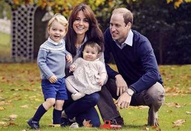 El príncipe Jorge y la princesa Carlota junto a sus padres