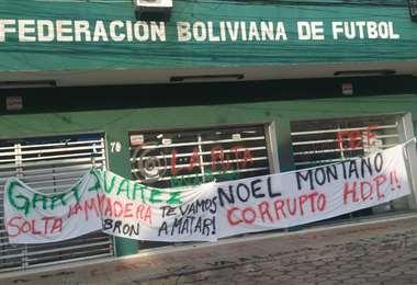 El frontis del edificio de la FBF en Santa Cruz con la pancarta.