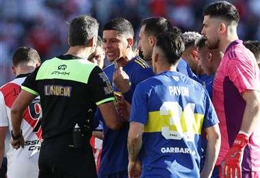 El reclamo Rojo al árbitro. El defensor de Boca fue sancionado por la Conmebol. Foto: AFP