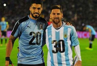 Suárez y Messi, dos crack que estarán frente a frente este domingo. Foto: Internet