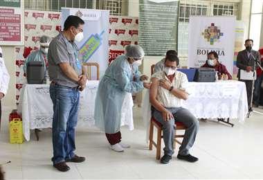 Roberto Mérida, médico intensivista de Tarija, recibe la vacuna rusa