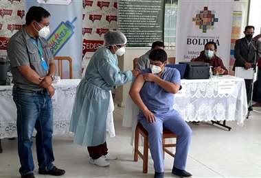 El médico Rafael Altamirano recibe la dosis contra el covid-19 en Tarija