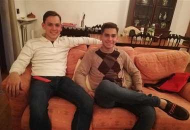 Marco y Bruno Bulacia. El la sala del departamento donde viven en Italia. Foto: M. Peña