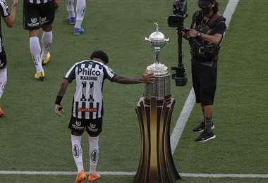 Marinho toca la copa antes de ingresar a la cancha. Foto: AFP