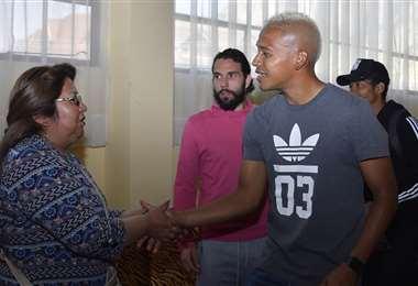 Inés Quispe saludando a los jugadores. Foto: Archivo / APG Noticias
